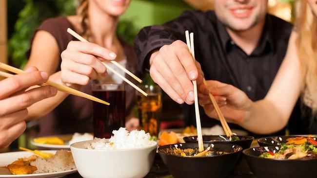 Thực hiện 4 thói quen nhỏ này khi ăn uống có thể giúp bạn ngừa ung thư hiệu quả - Ảnh 2.