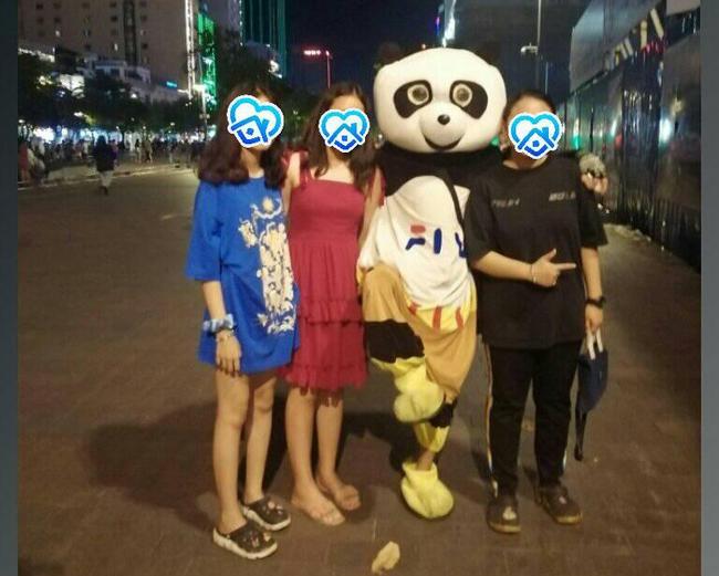Người đội thú nhồi bông ở phố đi bộ Sài Gòn bị phản ánh chèo kéo khách chụp ảnh, cho chiếc kẹo mút rồi thu phí 20k/lượt khiến dân mạng vô cùng bức xúc - Ảnh 1.