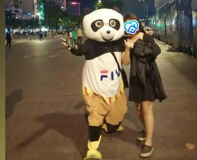 Người đội thú nhồi bông ở phố đi bộ Sài Gòn bị phản ánh chèo kéo khách chụp ảnh, cho chiếc kẹo mút rồi thu phí 20k/lượt khiến dân mạng vô cùng bức xúc - Ảnh 2.