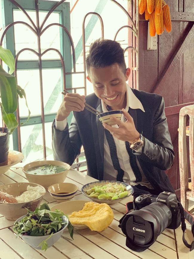 """Đẳng cấp đại gia như Minh Nhựa: Ngồi ăn cơm rau dưa đạm bạc, nhưng món đồ trên bàn mới khiến dân tình """"nín thở"""" - Ảnh 1."""