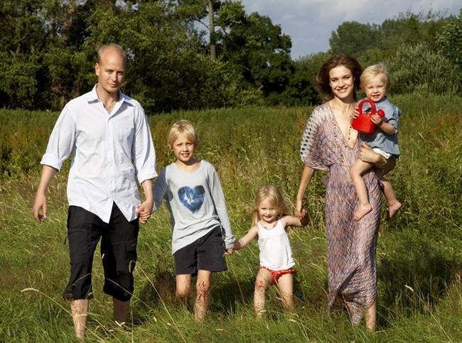 """Ngôn tình ngoài đời thật: Cô gái nghèo bán trái cây dạo, đi qua một đời chồng và sinh 5 con vẫn cưới """"Thái tử Louis Vuitton"""" - Ảnh 7."""