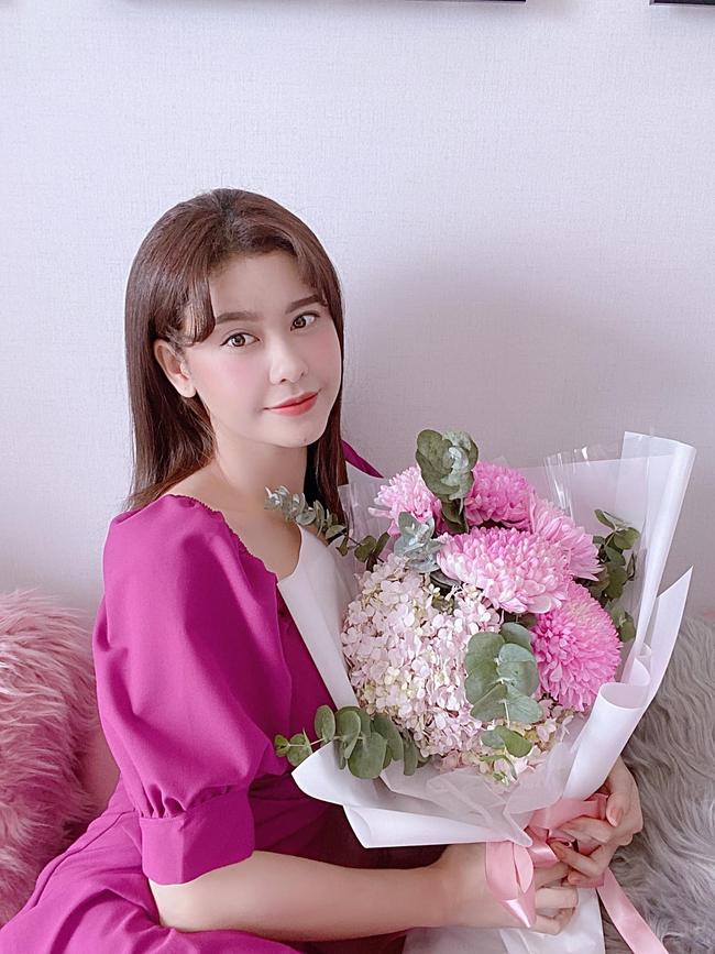 Trương Quỳnh Anh thích thú khi nhận được bó hoa tuyệt đẹp.