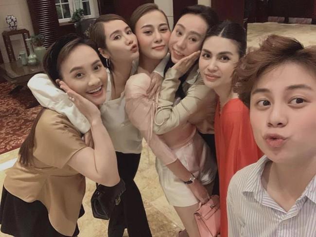 Phương Oanh mừng sinh nhật bên những người chị em thân thiết.