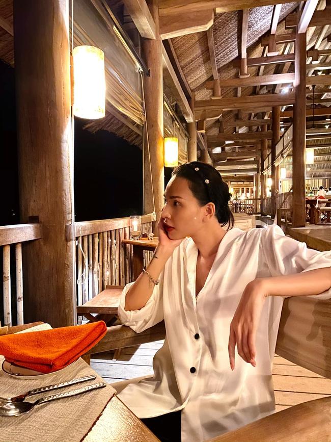 Minh Triệu đẹp dịu dàng ở góc chụp nghiêng.