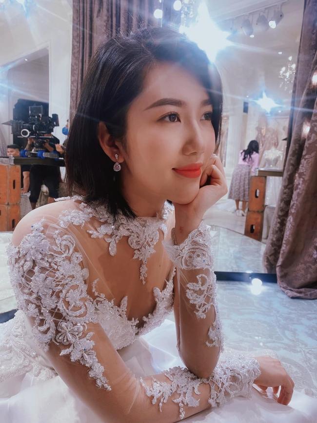 Thúy Ngân được khen xinh hết phần thiên hạ lúc khoác váy cô dâu.