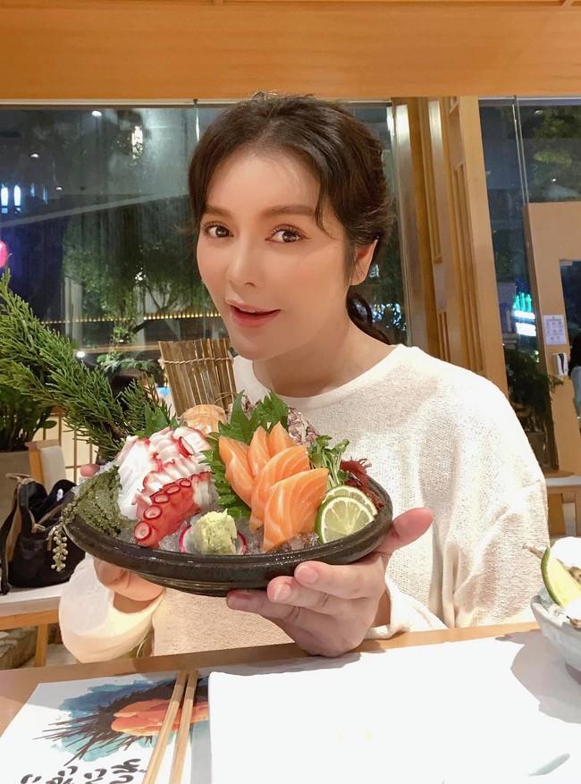 """Lý Nhã Kỳ thú nhận: """"Giờ này đi ăn và post hình có sao không? Nhưng nói thiệt là Mọng đã ăn hết 10 con hào pháp và 1 khay sashimi rồi""""."""