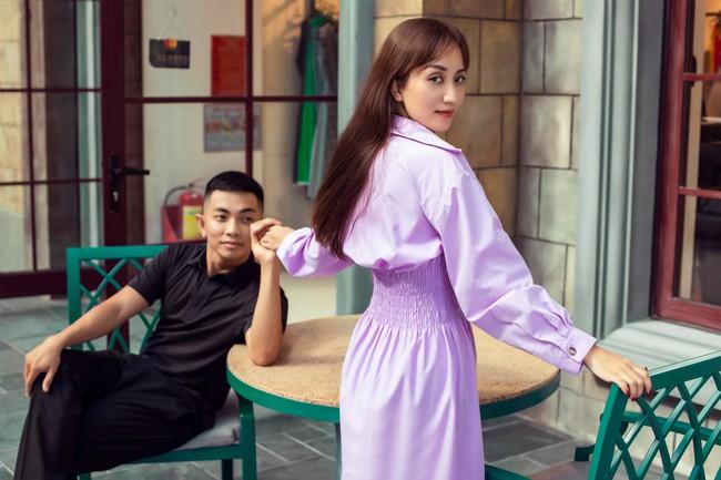 Khánh Thi và Phan Hiển nắm tay nhau tình tứ trước ống kính máy ảnh.