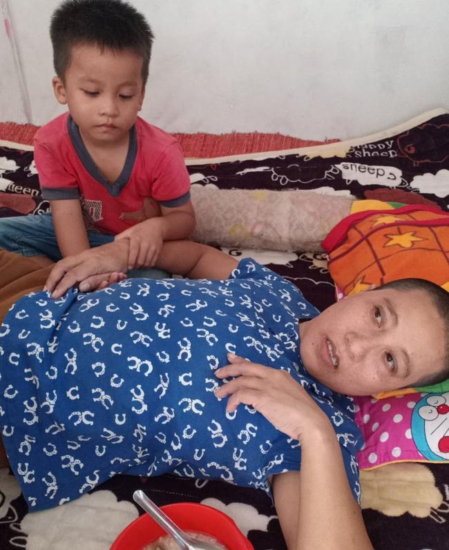 """Ánh mắt cầu cứu của bé trai 4 tuổi mồ côi cha, mẹ mắc bệnh ung thư đang từng ngày giành giật sự sống: """"Mẹ chết rồi cháu sống với ai?"""" - Ảnh 4."""
