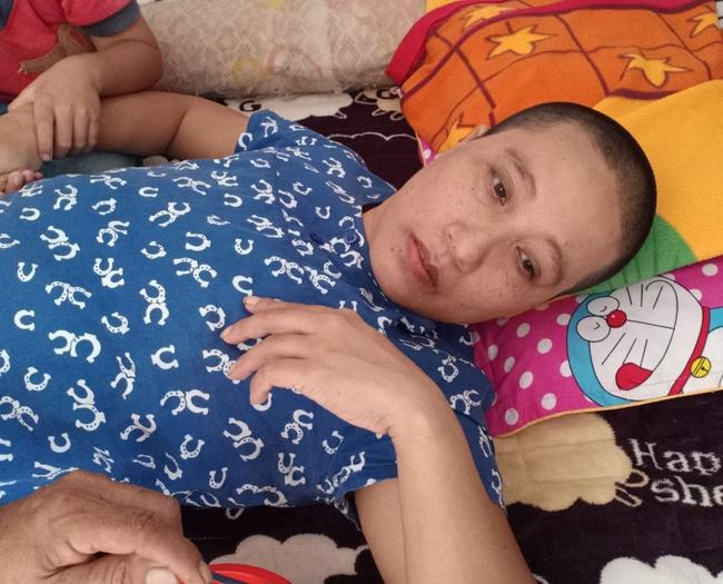 """Ánh mắt cầu cứu của bé trai 4 tuổi mồ côi cha, mẹ mắc bệnh ung thư đang từng ngày giành giật sự sống: """"Mẹ chết rồi cháu sống với ai?"""" - Ảnh 3."""