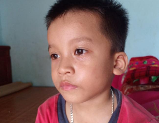 """Ánh mắt cầu cứu của bé trai 4 tuổi mồ côi cha, mẹ mắc bệnh ung thư đang từng ngày giành giật sự sống: """"Mẹ chết rồi cháu sống với ai?"""" - Ảnh 8."""
