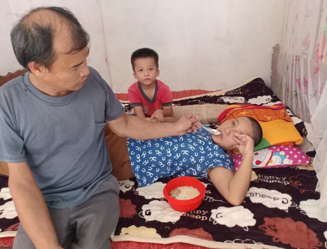 """Ánh mắt cầu cứu của bé trai 4 tuổi mồ côi cha, mẹ mắc bệnh ung thư đang từng ngày giành giật sự sống: """"Mẹ chết rồi cháu sống với ai?"""" - Ảnh 1."""