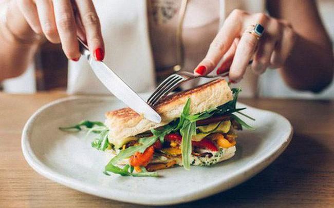 Những thói quen trong ăn uống hầu hết mọi người đều có, thực sự đang khiến sức khỏe bị tổn thương - Ảnh 2.