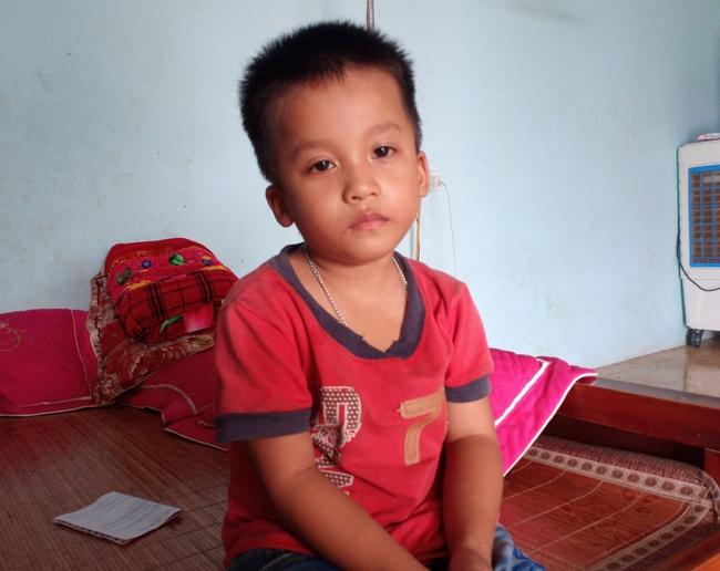 """Ánh mắt cầu cứu của bé trai 4 tuổi mồ côi cha, mẹ mắc bệnh ung thư đang từng ngày giành giật sự sống: """"Mẹ chết rồi cháu sống với ai?"""" - Ảnh 7."""