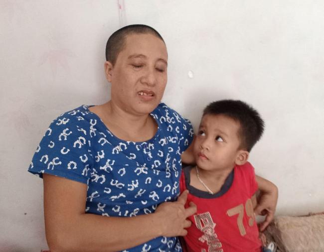 """Ánh mắt cầu cứu của bé trai 4 tuổi mồ côi cha, mẹ mắc bệnh ung thư đang từng ngày giành giật sự sống: """"Mẹ chết rồi cháu sống với ai?"""" - Ảnh 2."""