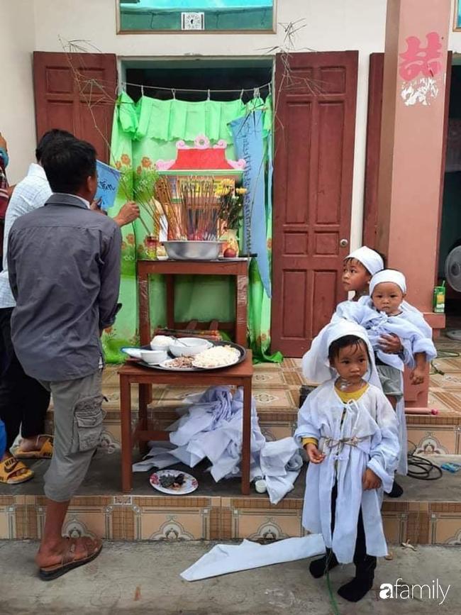 Vụ chồng ghen tuông hoang tưởng đâm vợ tử vong ở Nghệ An: Nhói lòng cảnh 3 đứa con thơ khát sữa, gào khóc đòi mẹ - Ảnh 4.