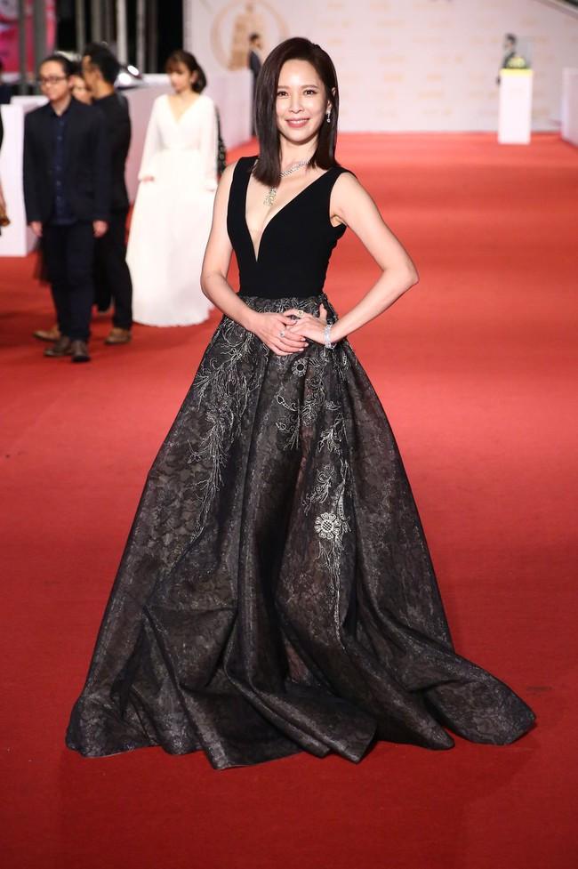 Thảm đỏ lễ trao giải Kim Chung lần thứ 55: Dàn mỹ nhân xứ Đài diện đầm quyến rũ tới mấy cũng hoàn toàn lu mời trước mỹ nam diện váy - Ảnh 12.