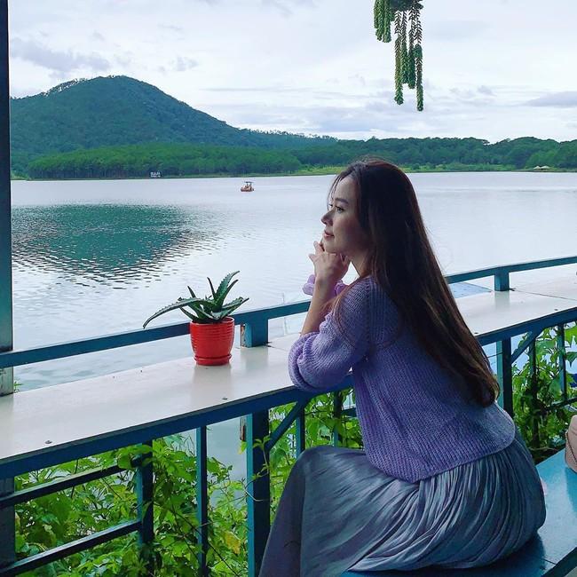 Midu lên đồ tông tím, ngồi ngắm cảnh thiên nhiên thơ mộng ở Đà Lạt.