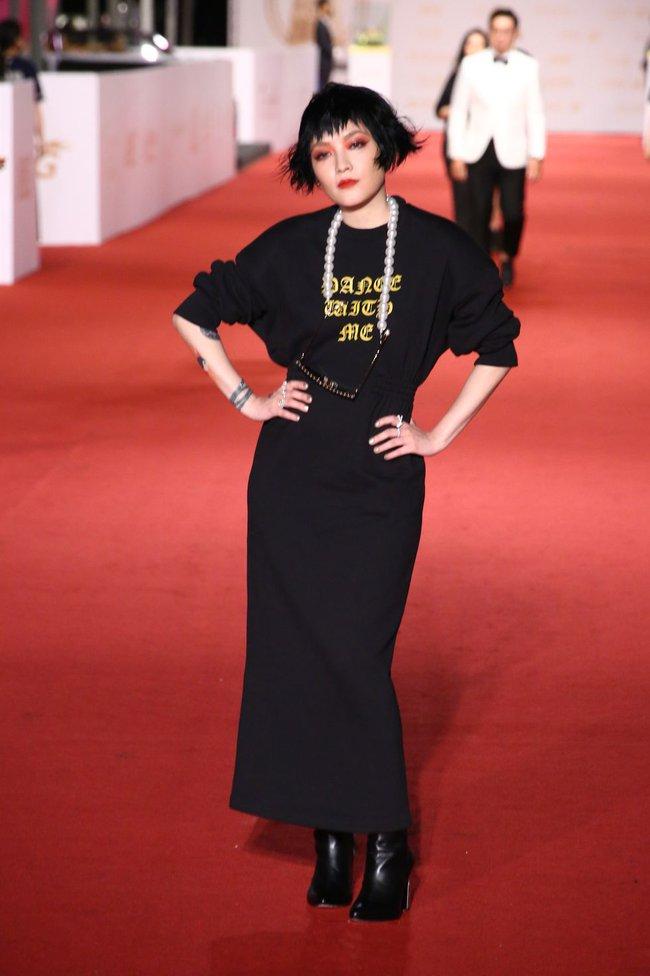 Thảm đỏ lễ trao giải Kim Chung lần thứ 55: Dàn mỹ nhân xứ Đài diện đầm quyến rũ tới mấy cũng hoàn toàn lu mời trước mỹ nam diện váy - Ảnh 14.