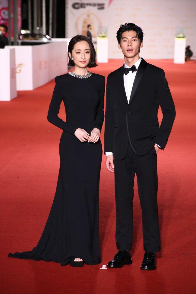 Thảm đỏ lễ trao giải Kim Chung lần thứ 55: Dàn mỹ nhân xứ Đài diện đầm quyến rũ tới mấy cũng hoàn toàn lu mời trước mỹ nam diện váy - Ảnh 2.