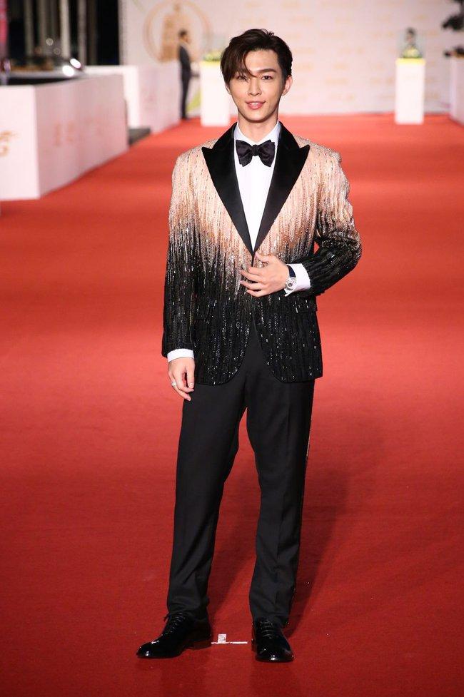 Thảm đỏ lễ trao giải Kim Chung lần thứ 55: Dàn mỹ nhân xứ Đài diện đầm quyến rũ tới mấy cũng hoàn toàn lu mời trước mỹ nam diện váy - Ảnh 9.