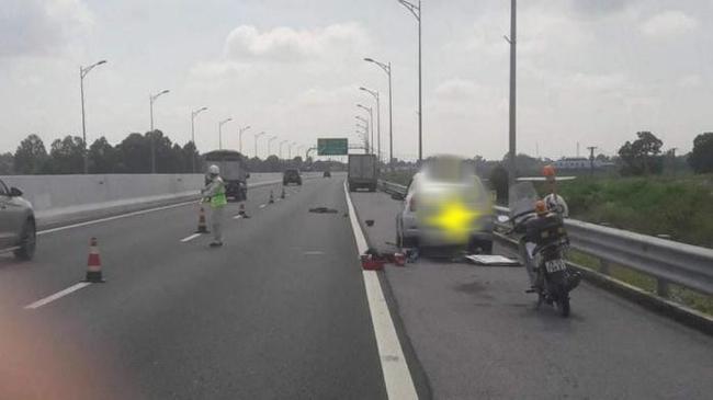 Bị xe tải tông chết khi đang thay lốp trên cao tốc - Ảnh 1.