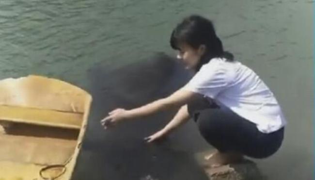 Hãi hùng cô gái rửa tay bên sông, đột ngột bóng đen bí ẩn dưới nước trồi lên và cái kết khiến bao người đau tim - Ảnh 3.