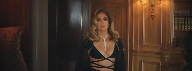 Jennifer Lopez khoe body nóng bỏng ở tuổi 51 trong thiết kế của nhà mốt Công Trí  - Ảnh 1.