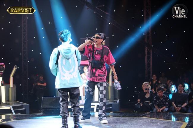 """""""Rap Việt"""": Karik nghi ngờ Suboi thiên vị cho thí sinh nữ duy nhất trong đội liền bị """"chị đại"""" làng rap đứng dậy đáp trả - Ảnh 7."""