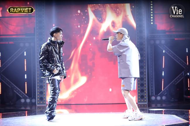 """""""Rap Việt"""": Karik nghi ngờ Suboi thiên vị cho thí sinh nữ duy nhất trong đội liền bị """"chị đại"""" làng rap đứng dậy đáp trả - Ảnh 4."""