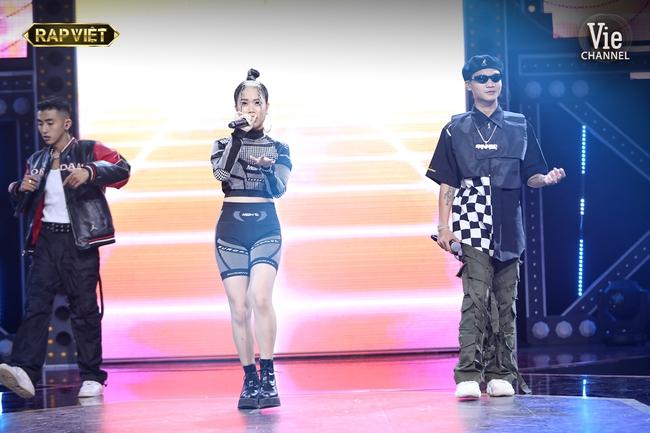 """""""Rap Việt"""": Karik nghi ngờ Suboi thiên vị cho thí sinh nữ duy nhất trong đội liền bị """"chị đại"""" làng rap đứng dậy đáp trả - Ảnh 1."""