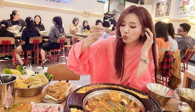 Hari Won thích thú khi được thưởng thức đồ ăn ngon.