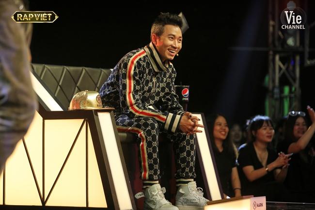 """""""Rap Việt"""": Karik nghi ngờ Suboi thiên vị cho thí sinh nữ duy nhất trong đội liền bị """"chị đại"""" làng rap đứng dậy đáp trả - Ảnh 2."""