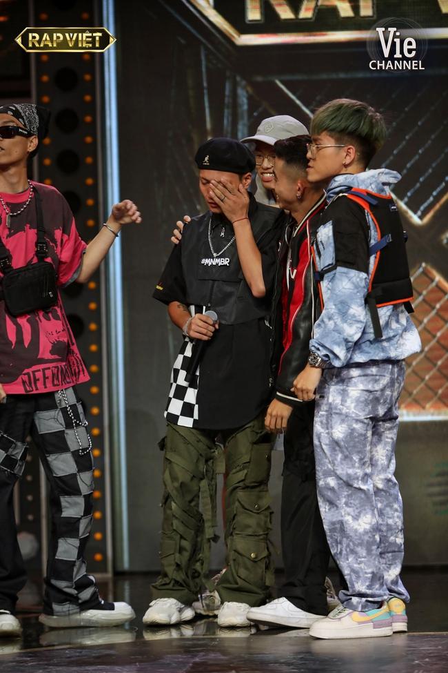 """""""Rap Việt"""": Karik nghi ngờ Suboi thiên vị cho thí sinh nữ duy nhất trong đội liền bị """"chị đại"""" làng rap đứng dậy đáp trả - Ảnh 11."""