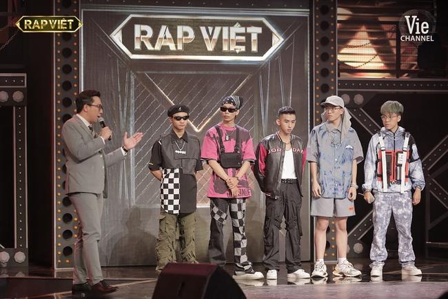 """""""Rap Việt"""": Karik nghi ngờ Suboi thiên vị cho thí sinh nữ duy nhất trong đội liền bị """"chị đại"""" làng rap đứng dậy đáp trả - Ảnh 10."""