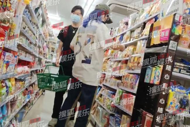 """Triệu Vy bị bắt gặp đi cùng trai trẻ vào đêm khuya, """"tình tin đồn"""" mới có gia thế khủng - Ảnh 2."""