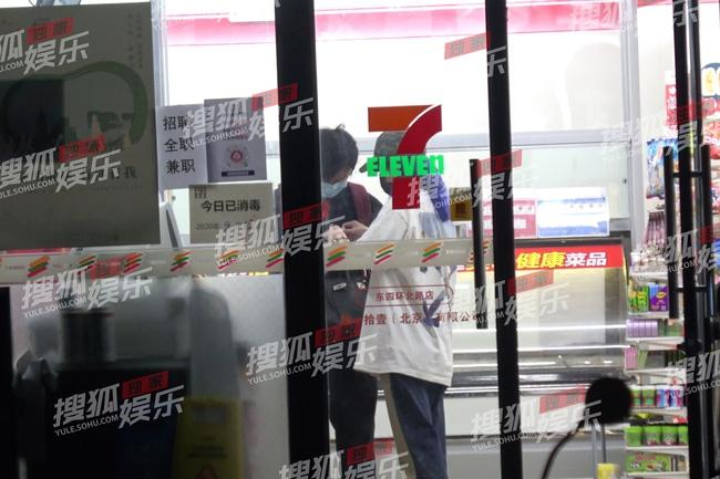 """Triệu Vy bị bắt gặp đi cùng trai trẻ vào đêm khuya, """"tình tin đồn"""" mới có gia thế khủng - Ảnh 3."""