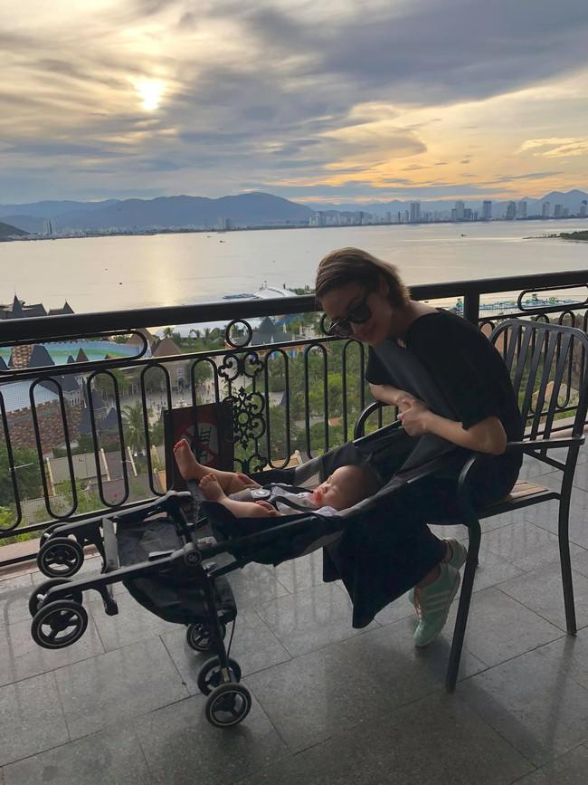 Phí Linh đưa con trai 9 tháng tuổi đi chơi.
