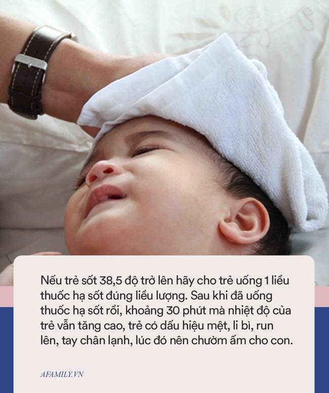 Trẻ bị sốt có được tắm hay không, đây là câu trả lời của bác sĩ Nhi khoa - Ảnh 2.