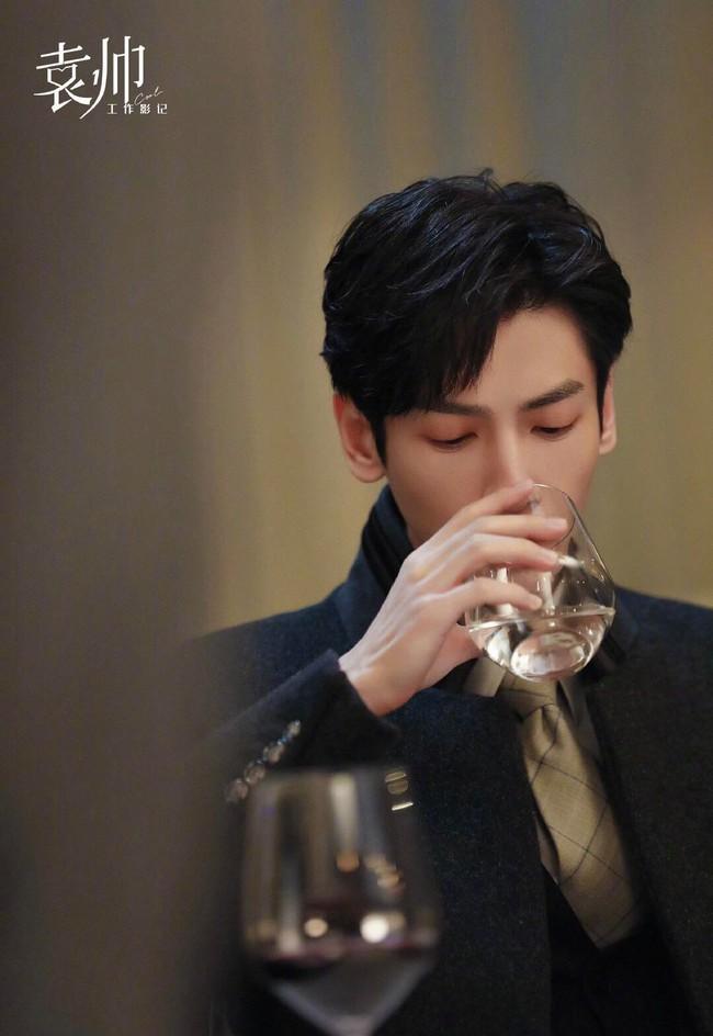 Nửa là đường mật nửa là đau thương: La Vân Hi đẹp mê mẩn khi làm CEO, netizen quên mất vừa chê nam diễn viên lùn - Ảnh 7.