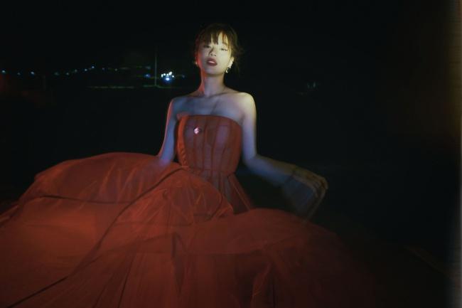 Hết thời làm ngọc nữ ngoan hiền, Hoàng Yến Chibi bỗng đổi gu bí ẩn sexy - Ảnh 2.