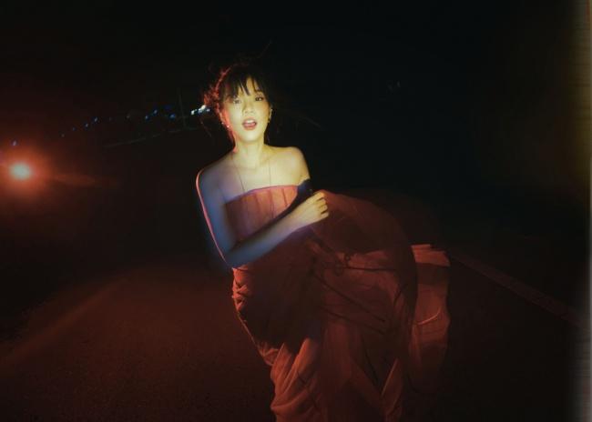 Hết thời làm ngọc nữ ngoan hiền, Hoàng Yến Chibi bỗng đổi gu bí ẩn sexy - Ảnh 3.