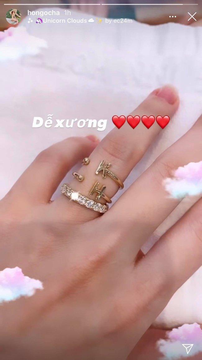 Hồ Ngọc Hà gây chú ý khi khoe nhẫn kim cương cùng chiếc nhẫn khắc tên mình và người yêu ở ngón áp út bên tay trái - Ảnh 1.