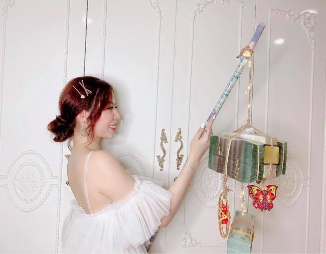 Nữ đại gia cầm đèn Trung thu hơn 3 tỷ đồng rước quanh phòng ngủ, dân tình phát hiện đây chính là người chị tặng em gái 49 cây vàng hồi môn - Ảnh 2.