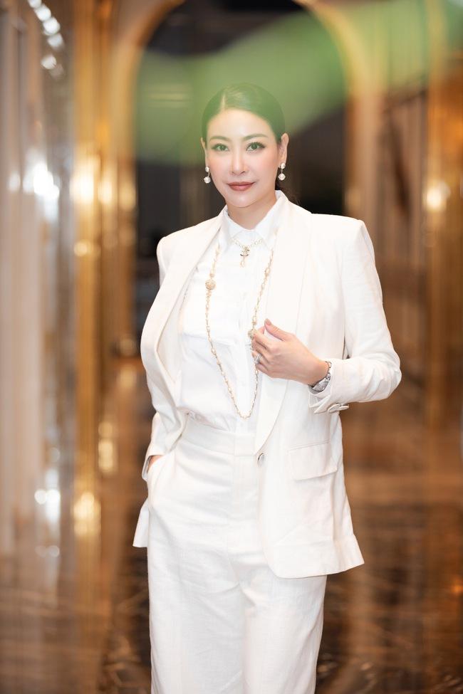 U50 Hà Kiều Anh đẹp lấn át đàn em kém 20 tuổi Đỗ Mỹ Linh khi làm giám khảo Hoa hậu Việt Nam 2020 - Ảnh 2.
