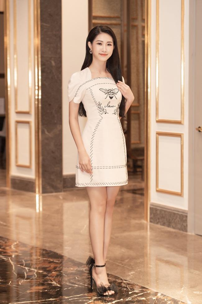 """Nhan sắc dàn thí sinh sơ khảo miền Bắc Hoa hậu Việt Nam 2020: Hội 10X chiếm sóng với profile """"khủng"""" nhưng cô nàng mặc váy xẻ sâu khoe vòng 1 đầy lại gây chú ý - Ảnh 11."""