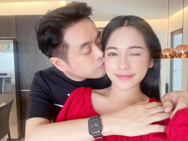 Mua đồng hồ tặng Dương Khắc Linh, Sara Lưu nhận lại được một nụ hôn ngọt ngào.