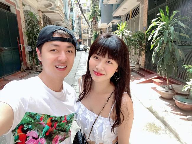 Vợ chồng Đăng Khôi tranh thủ chụp hình lúc ra Hà Nội.