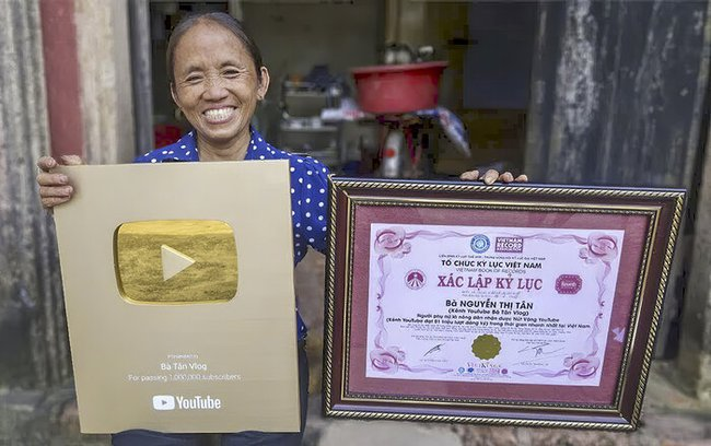 """Kênh Bà Tân Vlog đạt 4 triệu follow trên YouTube sau hơn 1 năm ra mắt, ai cũng choáng khi nhìn lại loạt thành tích """"khủng"""" của bà mẹ nông dân - Ảnh 2."""