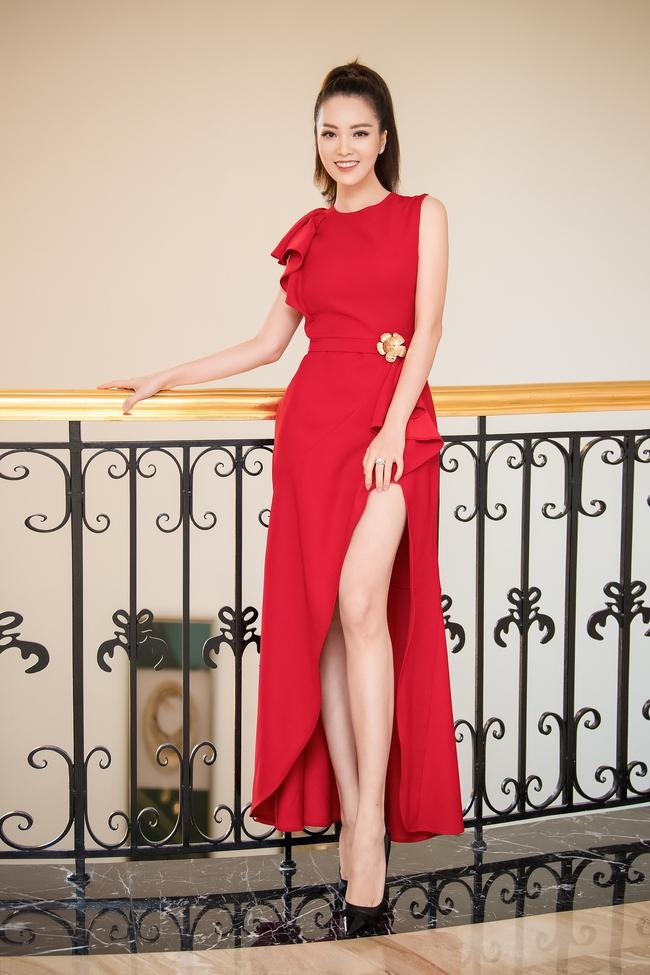 """Á hậu Thụy Vân """"đánh lẻ"""" diện váy đỏ nổi bật đọ sắc cùng Hoa hậu Hà Kiều Anh và Đỗ Mỹ Linh  - Ảnh 3."""
