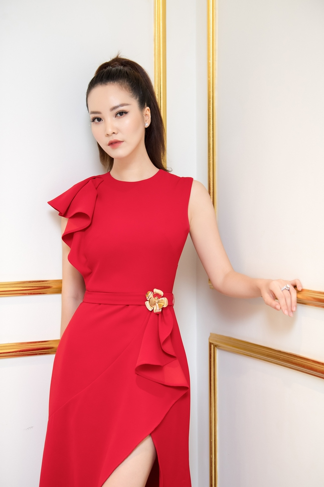 """Á hậu Thụy Vân """"đánh lẻ"""" diện váy đỏ nổi bật đọ sắc cùng Hoa hậu Hà Kiều Anh và Đỗ Mỹ Linh  - Ảnh 2."""